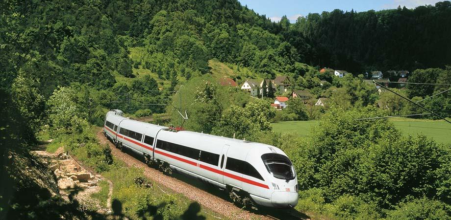 Un tren de la Deutsche Bahn viaja por Alemania.