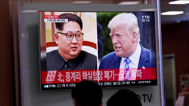 Varios surcoreanos siguen por televisión informaciones referidas a los líderes norcoreano, Kim Jong-un, y estadoundiense, Donald Trump, en la Estación de Seúl.