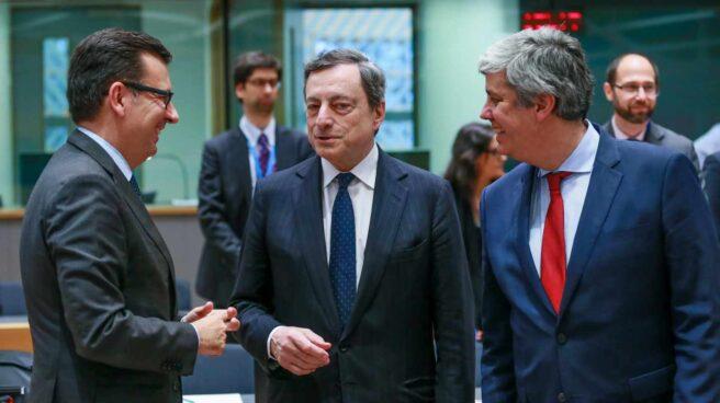 El ministro de Economía, Román Escolano, junto a Mario Draghi y Mario Centeno en la reunión del Eurogrupo.