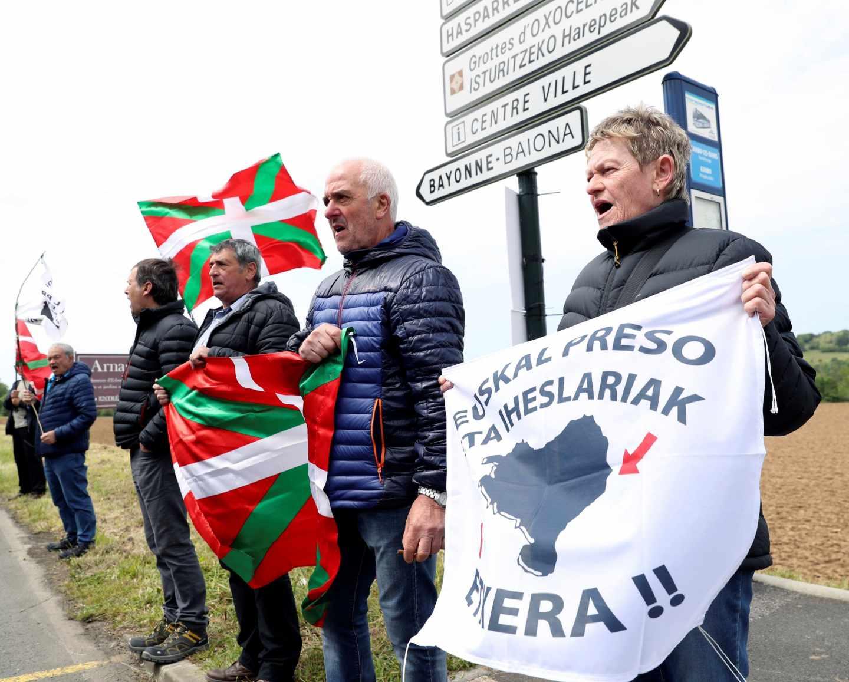 Simpatizantes de ETA frente a Villa Arnaga de Cambo (Francia).