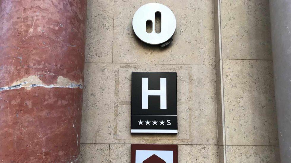Fachada de un hotel.