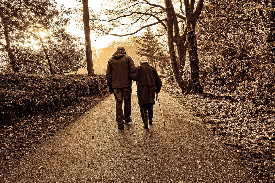 Resultado de imagen de anciano caminando