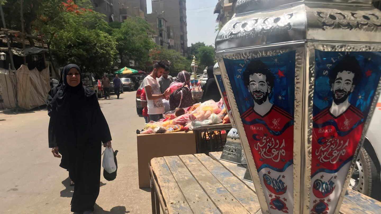 En El Cairo, durante el Ramadán los mercadillos venden faroles típicos adornados con la imagen de Mo Salah.