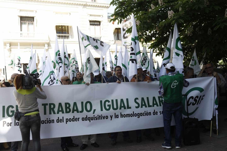 Los sindicatos reclaman un salario mínimo de 1.200 euros para los funcionarios.