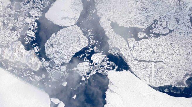 Foto satélite del hielo derritiéndose en Groenlandia