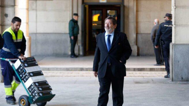 Javier Guerrero, dirigiéndose a la Audiencia de Sevilla a una de las sesiones del juicio del 'caso ERE'.