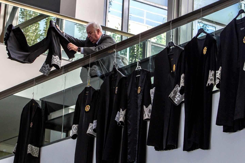 Jueces y fiscales cuelgan sus togas en unos juzgados de Ciudad Real.