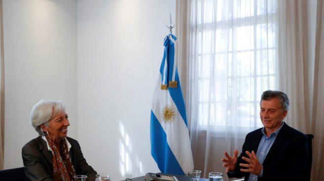Argentina solicita apoyo financiero al FMI para contener el derrumbe del peso.