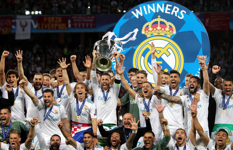 Los jugadores del Real Madrid alzan la Champions.