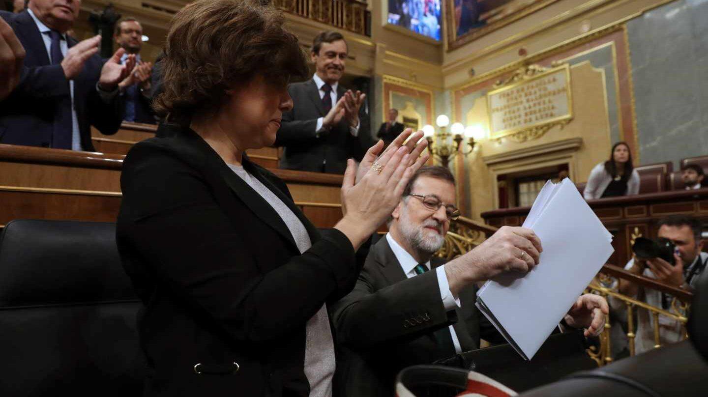 La bancada del PP, junto a Soraya Sáenz de Santamaría, aplaude a Mariano Rajoy.