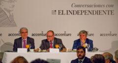 De izq. a dcha., Casimiro García-Abadillo, director de El Independiente; Luis María Linde, gobernador del Banco de España; y Juan Pedro Moreno, presidente de Accenture España.