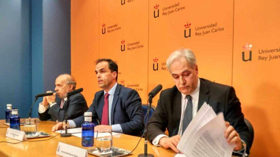 El catedrático Pablo Chico de la Cámara, en primer plano, junto a Javier Ramos y Enrique Álvarez Conde el pasado 21 de marzo.