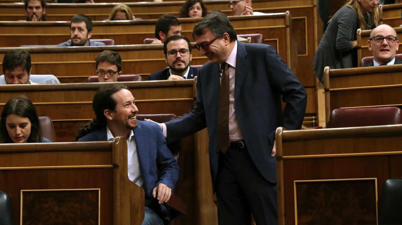 El portavoz del PNV, Aitor Esteban (d), saluda al líder de Unidos Podemos, Pablo Iglesias
