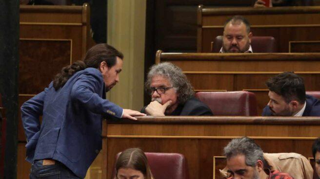 El líder de Podemos, Pablo Iglesias, habla con el portavoz de ERC en el Congreso, Joan Tardá.