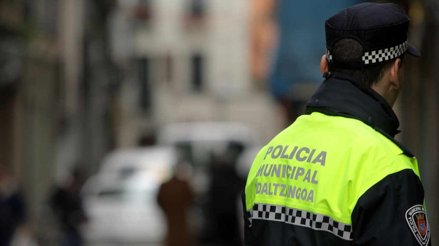 Un policía local de Madrid, de servicio.