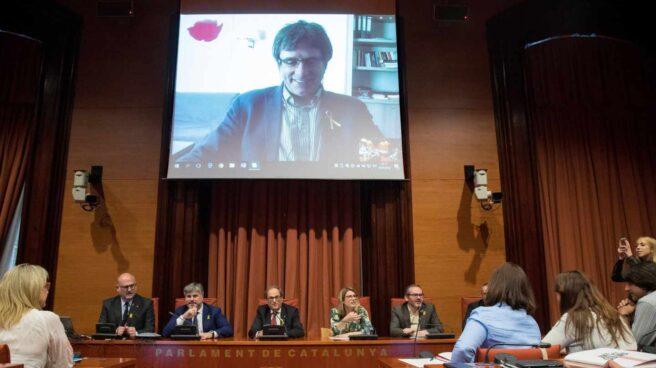 Carles Puigdemont, en una reunión presidida junto al presidente de la Generalitat, Quim Torra, de JxCat en el Parlament.
