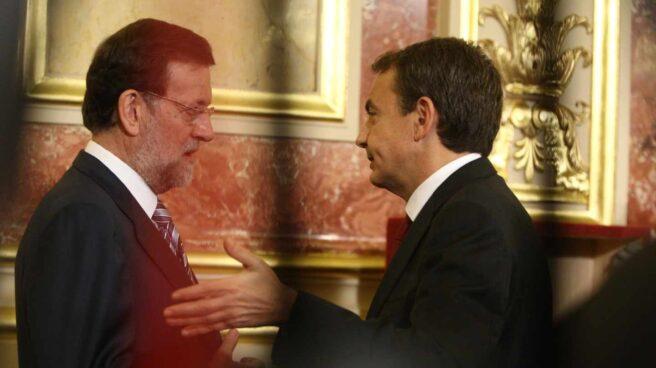 Mariano Rajoy y José Luis Rodríguez Zapatero charlan durante el aniversario de la Constitución de 2010.