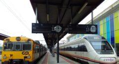 Un tren de CP (Portugal) y otro de Renfe parados en una estación, en andenes contiguos.