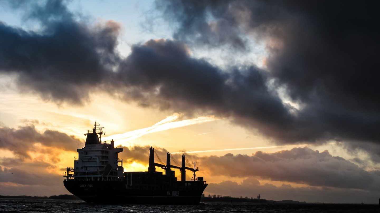 La subida del petróleo y la caída del euro hacen realidad el peor escenario del Gobierno.
