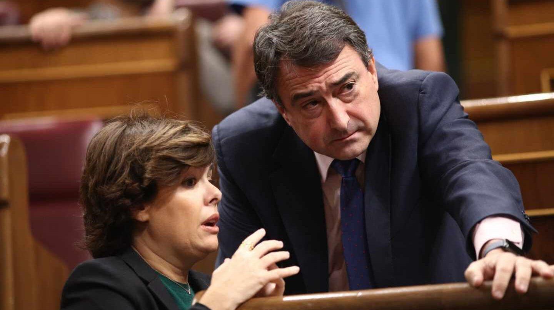 La vicepresidenta del Gobierno, Soraya Sáenz de Santamaría, junto al portavoz del PNV, Aitor Esteban.