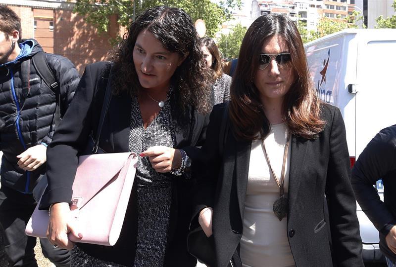 Clara Souto (derecha) abandona junto a su abogada este jueves los juzgados de Madrid tras prestar declaración.