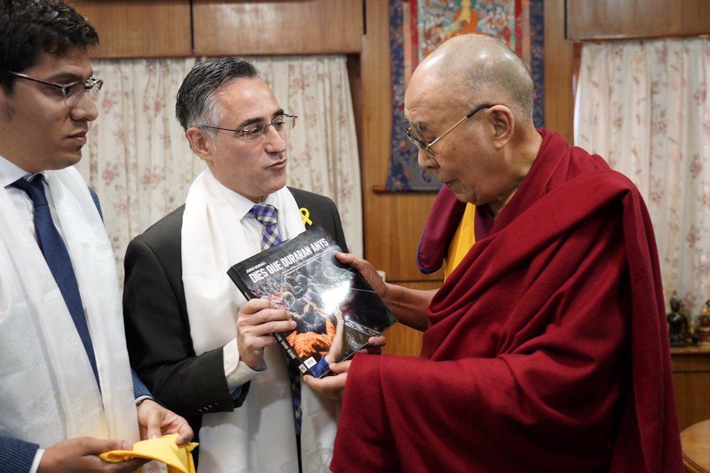 El eurodiputado Ramón Tremosa y su asesor Aleix Sarri, con el Dalai Lama.