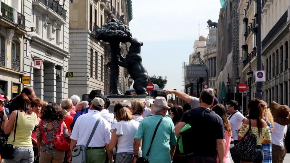 Turistas en la Puerta del Sol de Madrid.