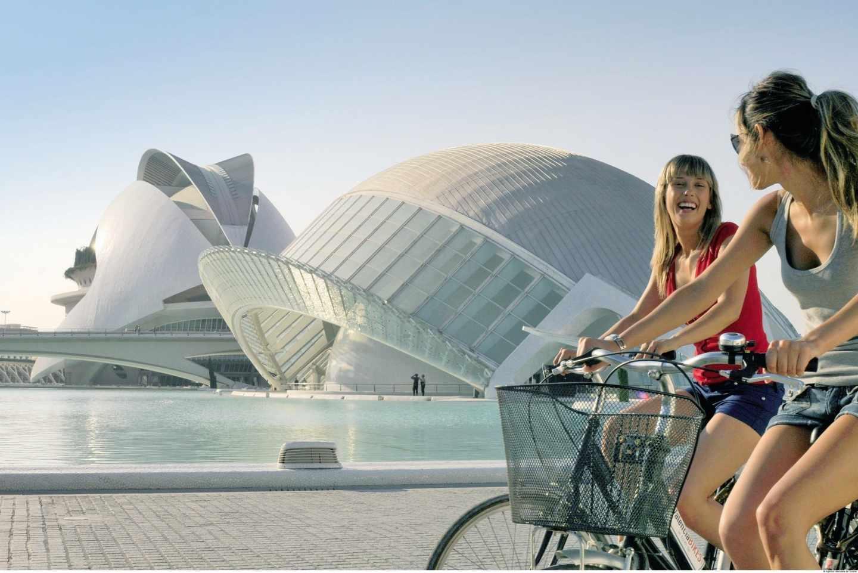 Turistas en la Ciudad de las Artes y las Ciencias de Valencia.
