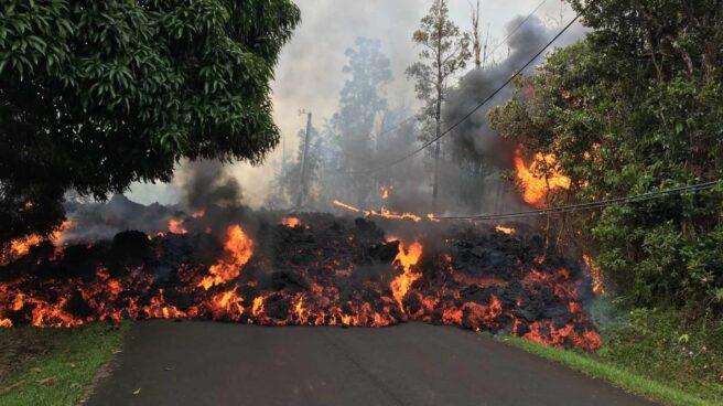 Volcán Kilauea corta una carretera con lava en Hawái