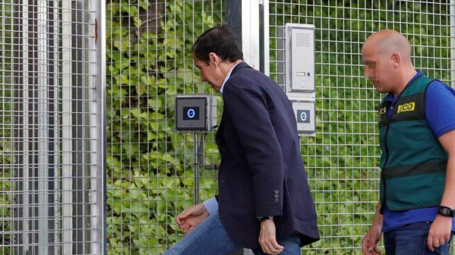 Eduardo Zaplana, entrando en la Comandancia de la Guardia Civil de Tres Cantos (Madrid) el pasado miércoles.