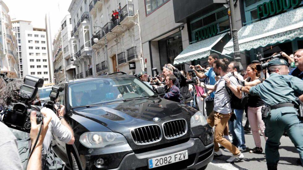 Agentes de la Unidad Central Operativa (UCO) trasladan al exministro y expresidente de la Generalitat, Eduardo Zaplana.