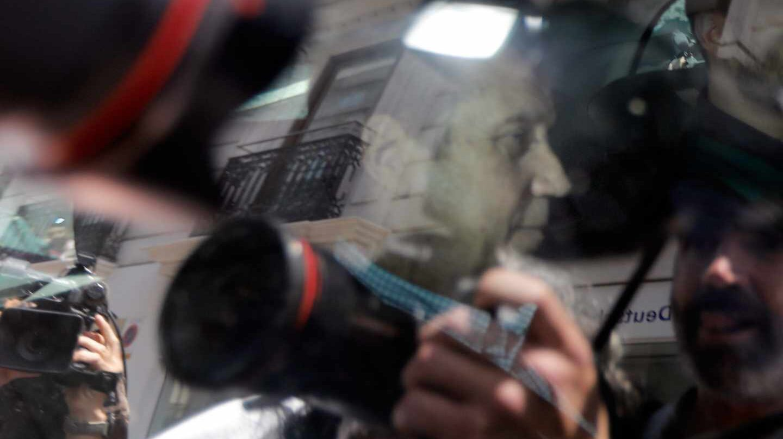 Agentes de la Unidad Central Operativa (UCO) trasladan al ex presidente de la Generalitat valenciana Eduardo Zaplana este martes.
