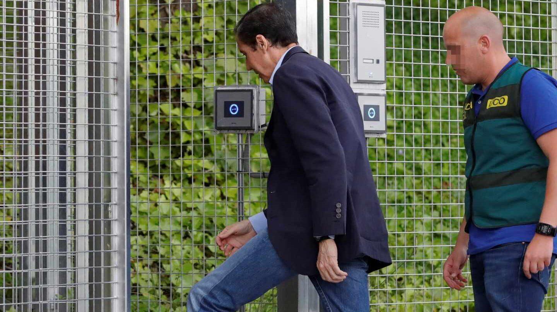 Eduardo Zaplana, ex presidente de la Comunidad Valenciana, a su llegada a la Comandancia de la Guardia Civil en Tres Cantos (Madrid).