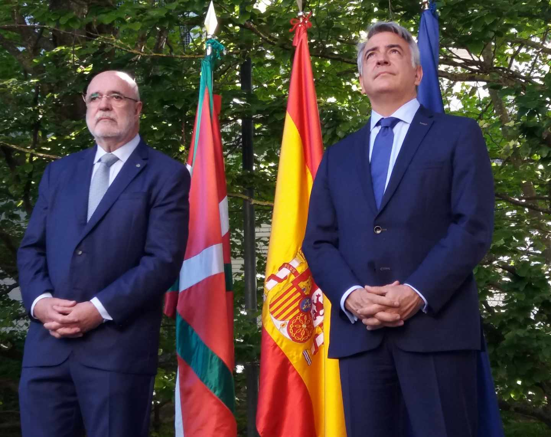 El nuevo delegado del Gobierno en Euskadi, Jesús Loza, a la izquierda de la imagen, junto a su antecesor, Javier De Andrés, hoy en Vitoria.