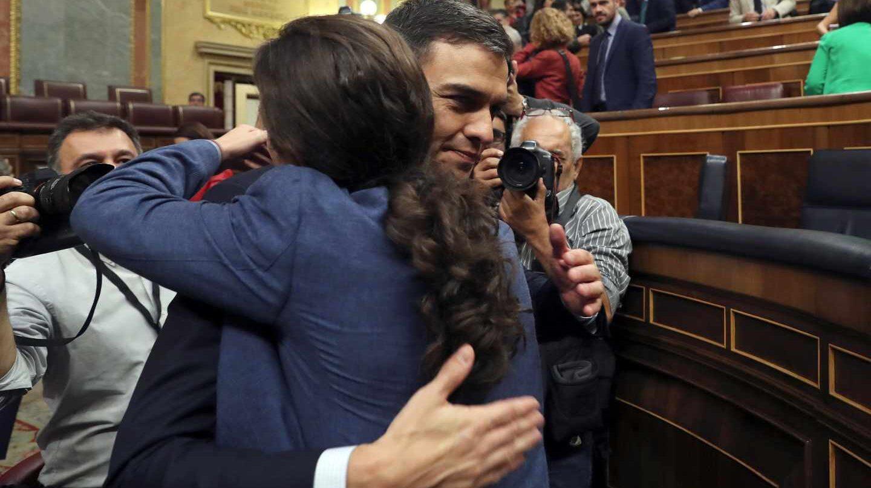 Pedro Sánchez y Pablo Iglesias se abrazan tras la moción de censura.