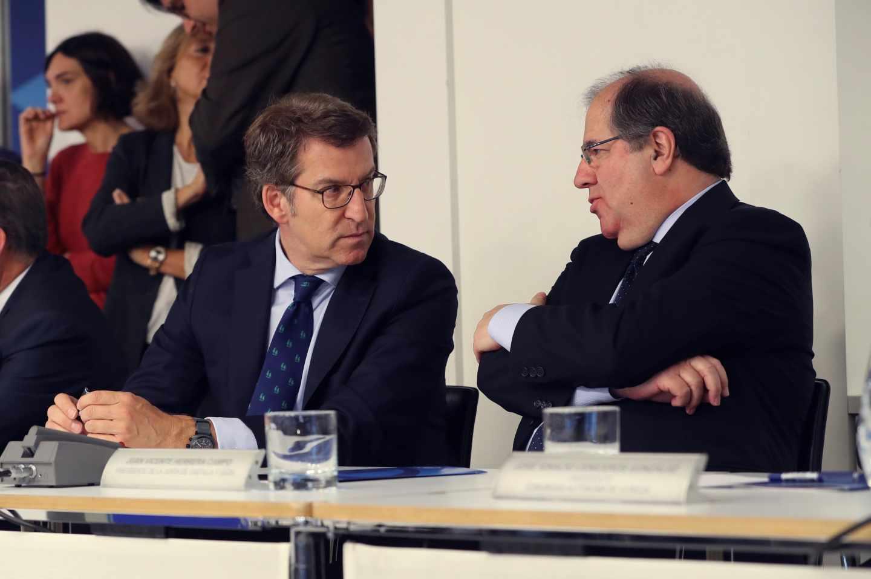 Núñez Feij´´o y Herrera durante la reunión de la ejecutiva popular de este martes