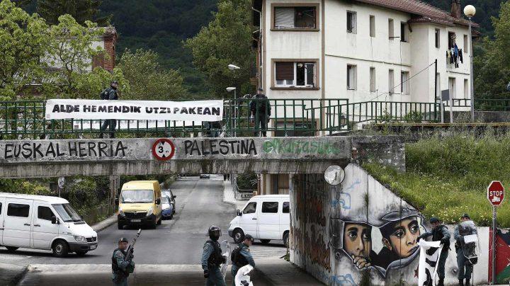 Agentes de la Guardia Civil retiran pancartas en el acceso a Alsasua durante el operativo de detenciones.