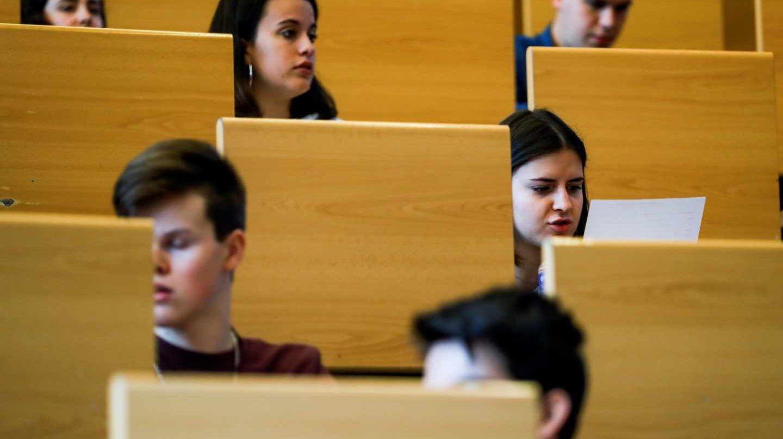 Estudiantes afrontan un examen.