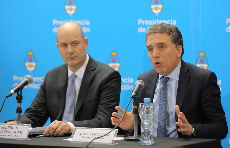 El FMI auxilia a Argentina con un préstamo de 50.000 millones de dólares.