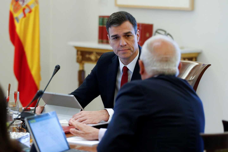 Pedro Sánchez, en el Consejo de Ministros con Josep Borrell.