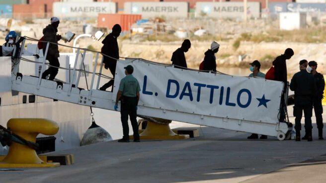 Desembarco en Valencia del Dattilo, primera nave de la flota del Aquarius.