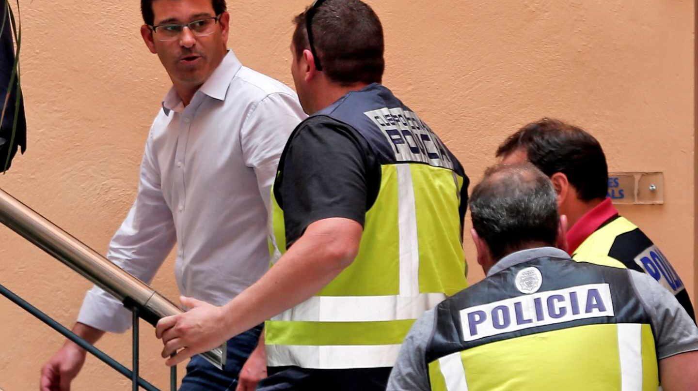 El alcalde de Ontinyent y presidente de la Diputación de Valencia, Jorge Rodríguez, junto a policías de la UDEF.