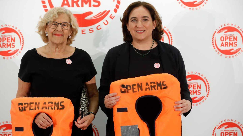 Las alcaldesas de Madrid, Manuela Carmena, y de Barcelona, Ada Colau, en un acto benéfico en Madrid.