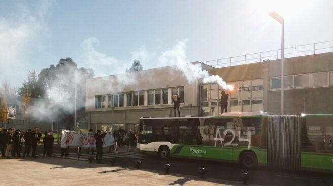 Acto de protesta llevado a cabo por las juventudes de la izquierda abertzale en el campus de la UPV de Leioa.