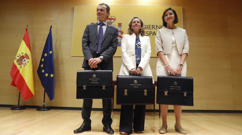 La ministra de Economía Nadia Calviño (centro), la de Industria Reyes Maroto y el de Ciencia Innnovación y Universidades Pedro Duque.