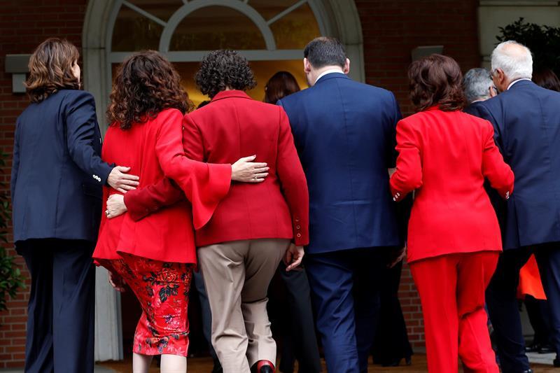 Los ministros del gobierno de Sánchez, tras su foto de familia en La Moncloa.