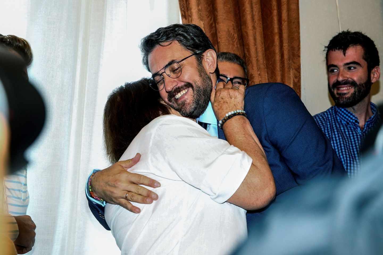 Màxim Huerta, ministro de Cultura, se abraza a su madre.