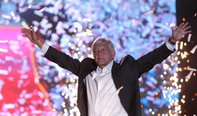López Obrdor, candidato izqueridsta a la Presidencia, saluda a sus seguidores en el estadio Azteca de DF.