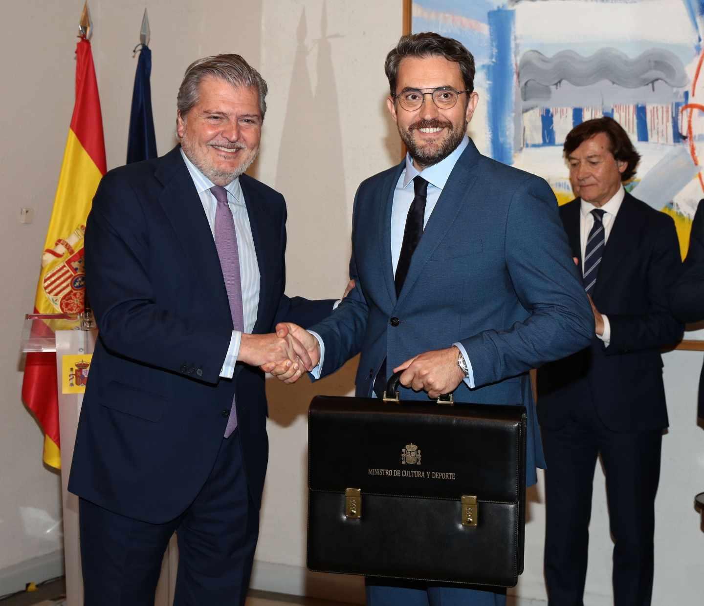 Íñigo Méndez de Vigo traspasa simbólicamente la cartera de Cultura a Màxim Huerta, que duró seis días en el cargo.