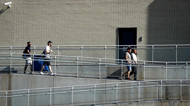 Los miembros de la Manada salen de la prisión de Pamplona.